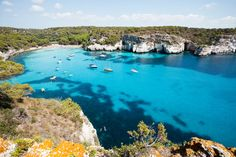 Cala Macarella, Minorca. Imagem por tagstiles.com - S.Gruene / Shutterstock