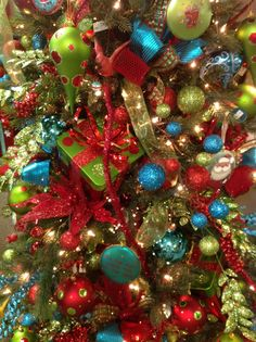 Add a little turquoise to your red and green...I will use these colors next Christmas~2013