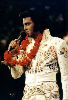 The American Eagle Jumpsuit was first worn during the 1973 Aloha from Hawaii performance but was later used in the Las Vegas show (with a new cape as the original was thrown into the Hawaii crowd! Rogue Costume, Raven Costume, Rare Elvis Photos, Elvis Presley Photos, Elvis Aloha From Hawaii, Saturday Pictures, Elvis Impersonator, Hawaii Pictures, Concert