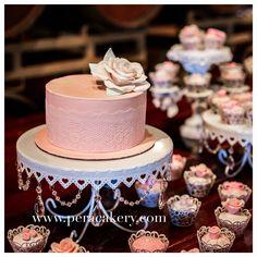 Stylish wedding cake by Pera Cakery