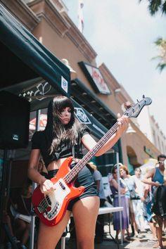 Girls that rock! Studio Photography Poses, Heavy Metal Girl, Guitar Girl, Women Of Rock, Female Guitarist, N Girls, Rock And Roll, Singer, Us Open