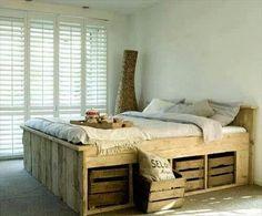 Rangement caisses rustiques en bois dans un lit en palette  http://www.homelisty.com/lit-en-palette/
