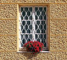 Algo muito comum por aqui é a utilização de grades nas janelas, uma tradição que vem de anos e que além de proteger o imóvel contra a invasão de estranhos também garante uma segurança maior para quem possui crianças em casa. Seu uso pode...