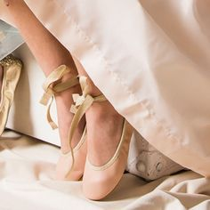 Manoletinas para niña de ballet con punta redonda de piel. Estas bailarinas con purpurina en el talón y cintas son perfectas como calzado infantil para arras.
