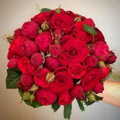 Brudbukett med mixade röda rosor.