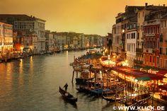 Venice at twilight with gondola © Peter Zelei, Italien, www.klick.de