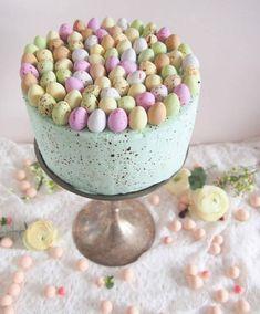 Pääsiäiskakku Mignon-munamoussella. Pastellin värinen kakku on näyttävän näköinen.