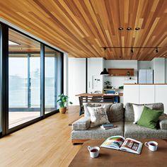 大工である施主が、あえて工務店に自宅を発注。「こんなに理想的な家が建つとは!」と驚く。ウエスタンレッドシダーの天井、床は深みのあるオーク。...