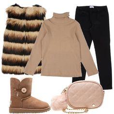 Outfit trendy per le nostre piccole donne: dolcevita in cotone, leggings, smanicato in pelliccia ecologica, a righe in contrasto, stivaletti Ugg bassi, modello con bottoncino, e tracollina con charms.