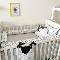 Decoração em P&B descontraída para o quarto do bebê. 😎 O toque de cor fica por conta dos detalhes amarelos nas almofadas. Um charme! Acesse nosso site e confira as peças: www.coisinhasbacanas.com.br Cushions, Pillows, Crib Bedding, Toque, Baby Photos, Baby Room, Toddler Bed, Kids Room, Nursery
