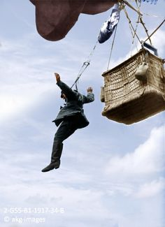 2-G55-B1-1917-34-B An observer for the German army jumps from the basket of a captive balloon, circa 1917 akg-images