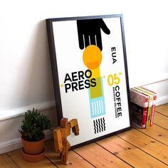 """Está tarde para uma xícara de café?  Desenhamos uma coleção minimalista de pôsteres em homenagens aos métodos de preparo de café.  - Esse é o pôster """"AeroPress / 05"""" que já está em nossa vitrine. - A AeroPress é uma criação curiosa: seu inventor Alan Adler é um fabricante de brinquedos nos Estados Unidos que em 2005 lançou essa engenhoca curiosa. Rapidamente ela tornou queridinha entre os amantes de café. A AeroPress encanta por permitir que um café coado tenha características de um espresso…"""