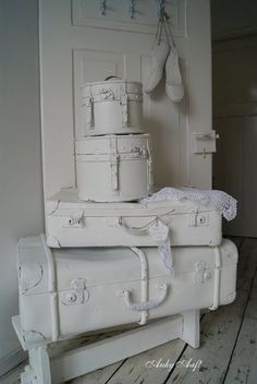 Brocante witte koffers met kant / Vintage white suitcases with lace - AukgAaf!