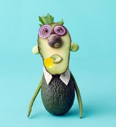 Fruit Carving - Vegetable Carving - Animals made of Vegetables by Carl Kleiner. Who don't love this art of food for lunch. L'art Du Fruit, Deco Fruit, Fruit Art, Amazing Food Art, Cute Food Art, Veggie Art, Fruit And Vegetable Carving, Avocado Man, Food Expo