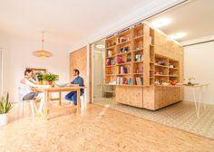 Apartamento pequeno usa estantes que se movem para criar diversos cômodos  http://www.limaonagua.com.br/apartamento/apartamento-pequeno-usa-estantes-que-se-movem-para-criar-diversos-comodos/