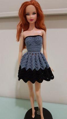Instrucciones en:  http://hubpages.com/art/Barbie-Strapless-Chevron-Dress-Free-Crochet-Pattern