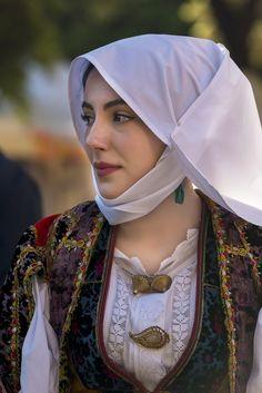 Angela Papate con costume di Orune - La Cavalcata Sarda 2016 Beautiful Muslim Women, Beautiful Hijab, Beautiful People, Sardinian People, Iranian Beauty, Country Women, Hijabi Girl, Europe Fashion, Folk Fashion