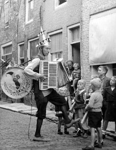 Niederländische One-Man-Band Nikkelen Nelis, alias Wim Sonneveld. Foto aus den 1950er Jahren. Stichworte: #Accordion #World #One-Man-Band #Photography #Vintage