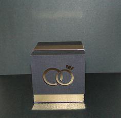 Caixa em papel de alta gramatura, dourado e preto.  Com recorte de alianças e faixa dourada.