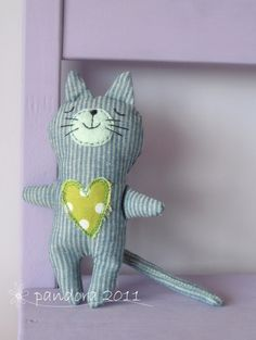 gattino cute cat sewing toy and like OMG! get some yourself some pawtastic adorable cat shirts, cat socks, and other cat apparel by tapping the pin! Softies, Sewing Toys, Sewing Crafts, Sewing Projects, Fabric Toys, Cat Doll, Cat Crafts, Little Doll, Cat Pattern