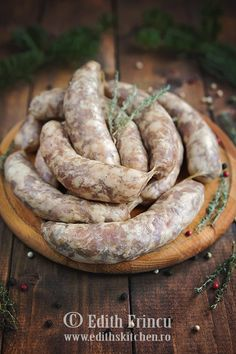 carnati-de-casa-1 Pepperoni Recipes, Sausage Recipes, Meat Recipes, Cooking Recipes, Romanian Food, Romanian Recipes, How To Make Sausage, Smoking Meat, Cookbook Recipes