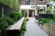 Stadstuin | stoere gezinstuin| Blikvanger in deze tuin is de robuuste eikenhouten waterbank en veel uitbundige planting.