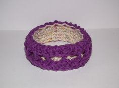 Visto aquí: http://www.donteatthepaste.com/2010/10/crocheted-bracelet-pattern.html