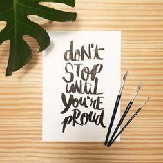 Resultado do Workshop de Lettering que fiz com a @vanessa.kinoshita no #fdscriativo do @mulheresqueinspiram . Já quero sair fazendo um monte pra decorar o apê! Mas preciso treinar mais ainda 😁💪🏻 . #lettering #decor #decoração #calligraphy #caligrafia #brocosplace