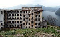 Morbide Idylle:  Die Ruine des Sanatoriums von Agra 2006 am Luganersee - Blick von der ehemaligen Liegehalle nach Süden.
