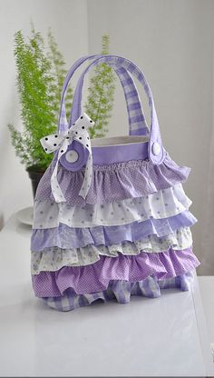 Cute bag, my granddaughter Eden would love this! purple is her favorite color. Patchwork Bags, Quilted Bag, Bag Quilt, Ruffles Bag, Ruffle Skirt, Diy Purse, Denim Bag, Purse Patterns, Fabric Bags