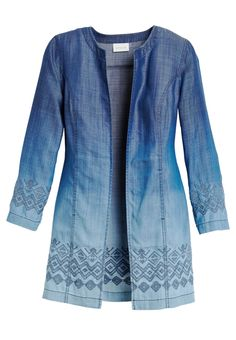 The dip-dyed trend takes center stage on this long-sleeved jacket. The light-to-dark effect flows to a printed hem.