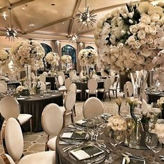 I live for these arrangements ❤ Photo   @mindyweiss ••• #WeddingDay #FloralArrangement #Bride #Wedding #BridetoBe #FloralDesign #BridalShower #WeddingIdeas #WeddingFlowers #WeddingBlogger #MyWeddingMerchant #EventStyling #WeddingInspo #luxurywedding