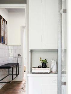 Koti Brasiliassa - A Home in Brazil      Persoonallisesti sisustettu galleristin koti. Erikoisin idea tässä kodissa on sijoittaa käytävälle...
