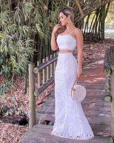 La imagen puede contener: 1 persona, de pie, boda y exterior White Outfits, Dress Outfits, Bridesmaid Dresses, Prom Dresses, Girl Fashion, Fashion Outfits, African Fashion Dresses, Designer Dresses, Beautiful Dresses