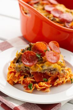 Who doesn't love pizza? This easy pizza casserole makes a fantastic weeknight dinner! Pizza Casserole, Ground Beef Casserole, Easy Casserole Recipes, Casserole Dishes, Easy Dinner Recipes, Pizza Recipes, Easy Recipes, Mexican Casserole, Hamburger Recipes