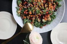 Rödbets-och sötpotatispytt med grönkålssallad och rostade kikärtor