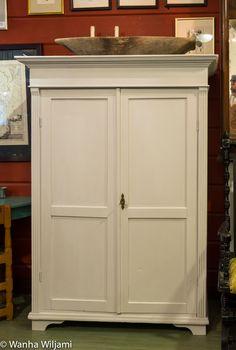 Pieni harmaa vaatekaappi 18/1900-luvun vaihteesta. Armoire, Kitchen Cabinets, Furniture, Home Decor, Clothes Stand, Decoration Home, Closet, Room Decor, Reach In Closet