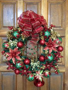 Beautiful Christmas Wreath with traditional colors, (red and green) with a touch of gold, dressed with a little jewelry and glam. A very cute Christmas Bell at the bottom. If you live locally, delivery is free! Christmas Door Hangings, Christmas Door Wreaths, Christmas Frames, Christmas Bows, Christmas Scenes, Holiday Wreaths, Christmas Photos, Christmas Holidays, Christmas Ornaments