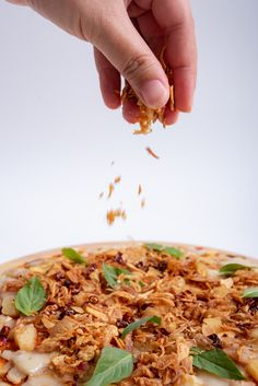 What a perfect topping on your next pizza! Crispy Shallots, Preserves, Risotto, Chili, Ethnic Recipes, Food, Preserve, Meal, Chile