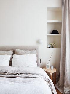 Contemporain Chambre by A+B KASHA Designs. Tête de lit en lin pour aller avec le linge de lit - choisi chez Caravane.