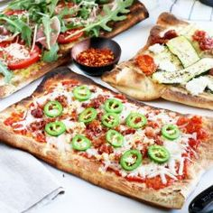 Last Minute Grilled Pizza Bar Party White Pizza Recipes, Real Food Recipes, Easy Recipes, Pizza Bar Party, Cream Cheese Wontons, Small Pizza, Making Homemade Pizza, Avocado Cream, Grilled Pizza
