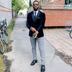 Velvet blazer + striped tie in navy. Blue Velvet Suit, Velvet Blazer, Mens Fashion Suits, Man Fashion, Blue Blazer Men, Mens Dress Pants, Tie Styles, Blazer Outfits, Street Outfit