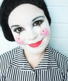 simples Make-up in schwarzweiß mit rosafarbenen Lippen simple make-up in black and white with pink lips Days Till Halloween, Halloween Clown, Halloween 2014, Holidays Halloween, Halloween Make Up, Halloween Costumes, Pierrot Costume, Mime Costume, Costume Carnaval