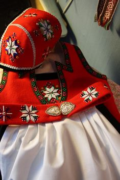 Jeg sydde en Bærumsbunad i bomull til størtstejenta da hun var snaut to år. Når de to minste barnebarna nærmet seg hele 3 år kunne jo i... Doll Costume, Costumes, Norwegian Clothing, Folk Clothing, Hardanger Embroidery, Sewing Dolls, Color Shapes, Lace Making, World Cultures