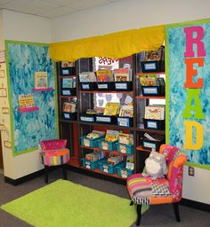 Organize classroom library: My mom was a reading specialist and I was lucky enough to inherit a large library, but was overwhelmed by quantit. Classroom Routines, Classroom Fun, Classroom Organization, Classroom Management, Classroom Libraries, Organization Ideas, Classroom Setting, Classroom Design, Teaching Kindergarten