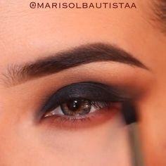 متوفر الفرشاة مع الاي شدو في الرابط الموضح على البايو. .  Beauty eyeshadow by @marisolbautistaa ❤️ , طريقة رسم الحاجب بالفرشاة حسب طلب المتابعين، شنو تحبون يكون الفيديو القادم؟ .  Snapchat: snapmakes ❤️