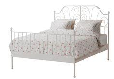 La structure de lit LEIRVIK a quelque chose de classique, chaleureux et accueillant