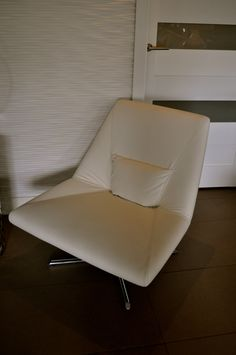 #Modern #Furniture #Chair #Silla #Leather  For any information contact us:   (305) 576-4566