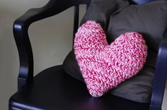 Free pattern from mon makes things: Crochet Heart Pillow