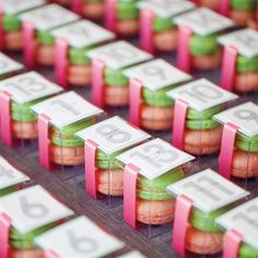 macarons agencés à nos couleurs pour les cadeaux d'invités